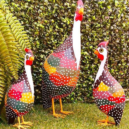 Trio de Galinhas da Angola Em Madeira Artesanal Família Colorida 30 cm
