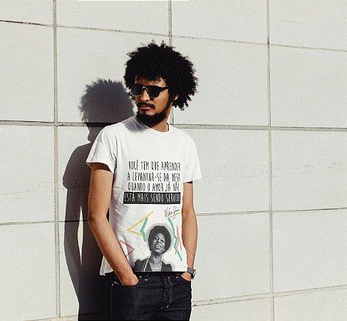 """Camiseta Nina Simone """"Você Tem Que Aprender A Levantar-Se Da Mesa..."""""""