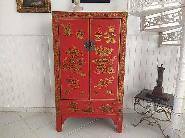 Armário chinês laqueado em vermelho e preto com pinturas em dourado nas portas fecho em bronze