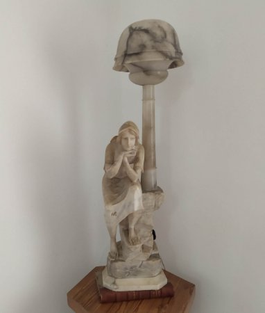 Luminária Francesa em forma de escultura de mulher ,  antigo,  em alabastro e mármore