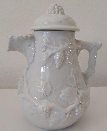 Decanter de vinho de porcelana  Portuguesa  lavrado com parreiras em relevo