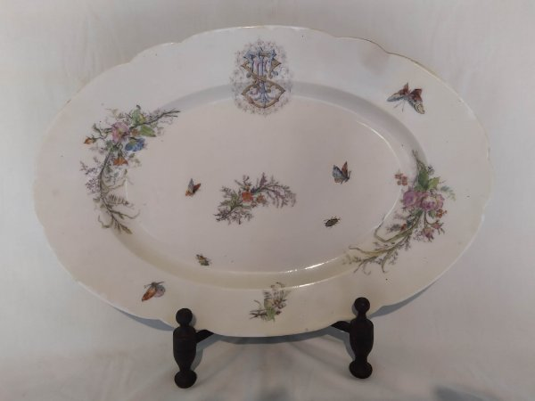 Travessa antiga em porcelana francesa , pintada a mão e monograma com flores e pássaros