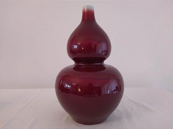 Vaso de porcelana antigo chinês Sangue de boi , com detalhe na borda em seladon