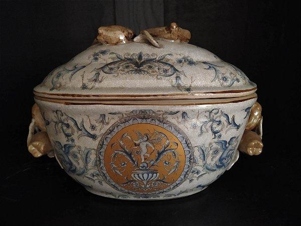 Sopeira oval de fiança  oriental , policromada em azul , amarelo e beje com detalhes de frutas no pegador e nas alças , 33 cm