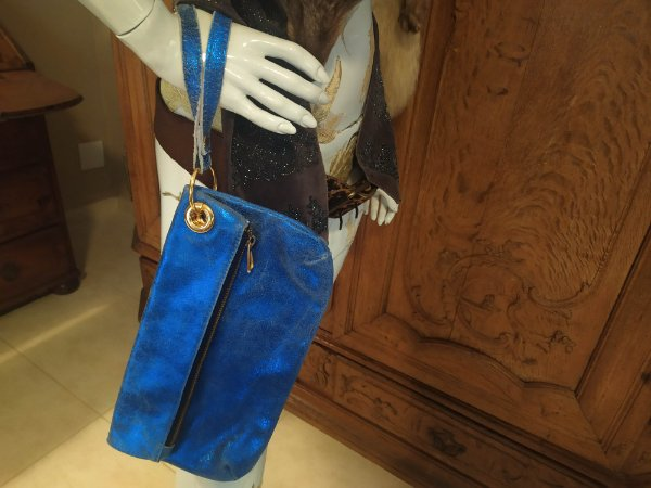 Bolsa Clutch Andrea Britto de couro lavrado, cor azul, nunca usada