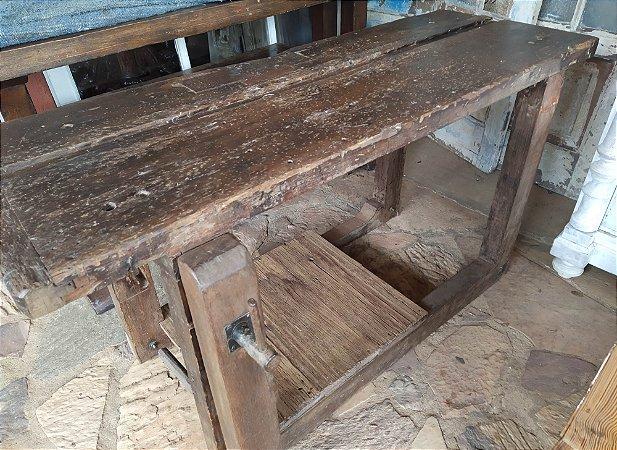 Antiga e rara mesa de marceneiro com uma prateleira impecável