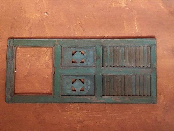 Antiga porta de pinho de riga com policromia verde usada como espelho