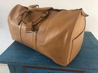 Mala de mão Louis Vuitton, original, nunca usada, em couro cru, lavrada, bolso externo para passaporte