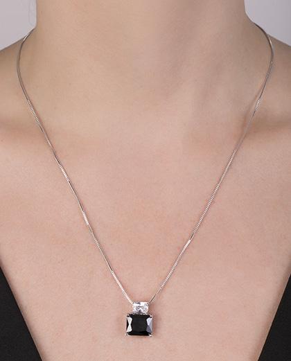 Colar de metal prateado com pedra preta keyle