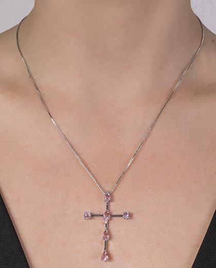 Colar de metal prateado com pedra rosa Dom