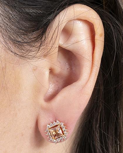 Brinco pequeno de metal dourado com pedra rosé e strass cristal malu