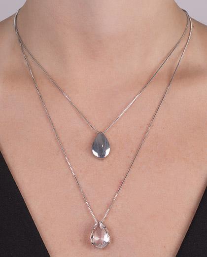 Colar de metal prateado com pedra cristal tata