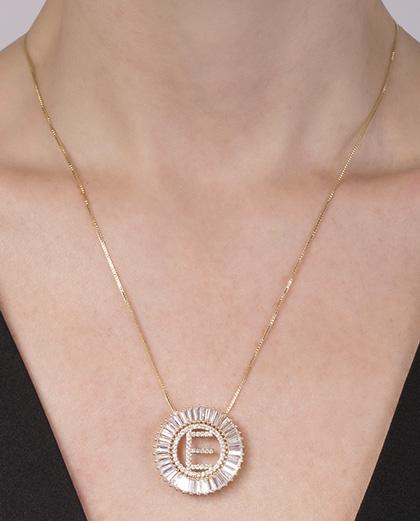 Colar de metal dourado com strass cristal letra E