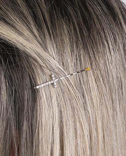 Presilha prateada com strass cristal letra T