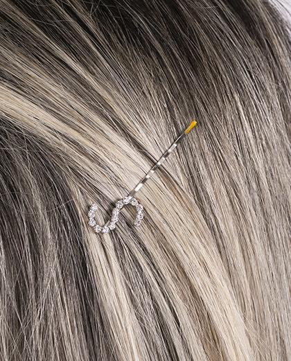 Presilha prateada com strass cristal letra S