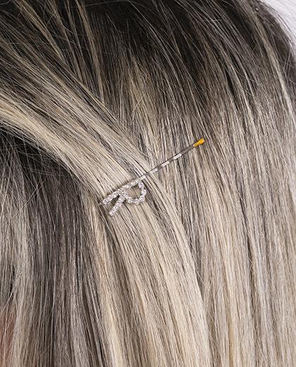 Presilha prateada com strass cristal letra R