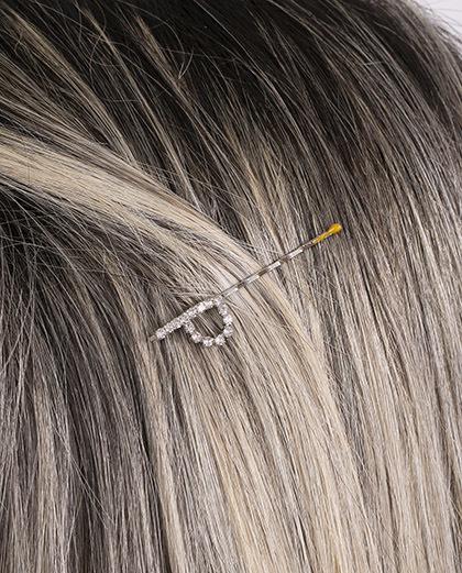 Presilha prateada com strass cristal letra P