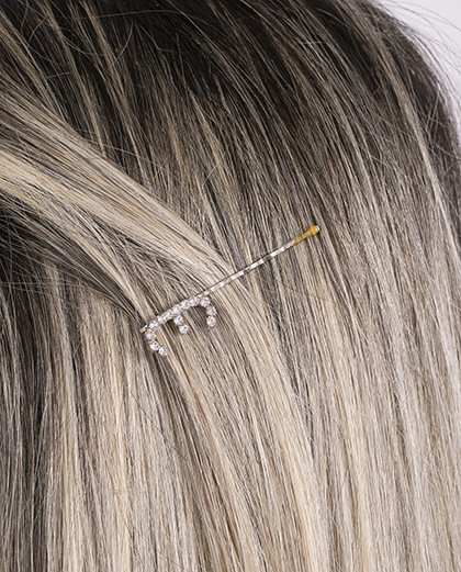 Presilha prateada com strass cristal letra E