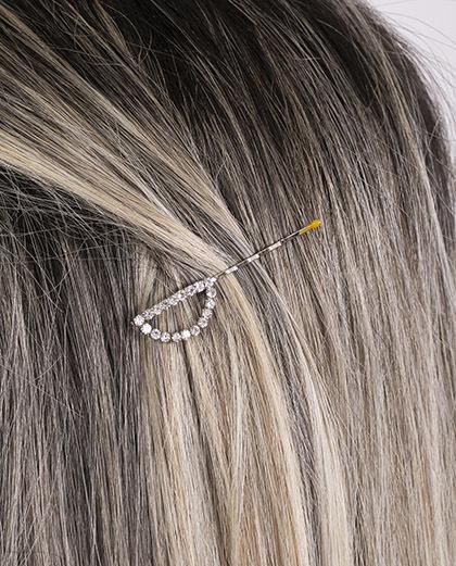 Presilha prateada com strass cristal letra D