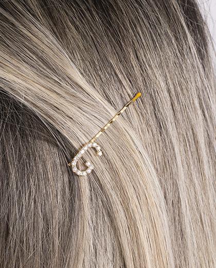 Presilha dourada com strass cristal letra G