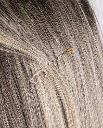Presilha dourada com strass cristal letra C