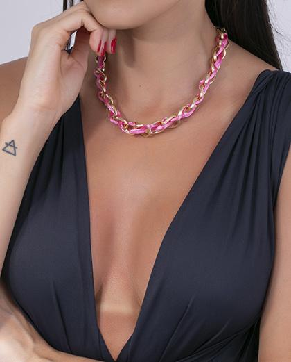 Colar dourado com fio de seda rosa gonzalez