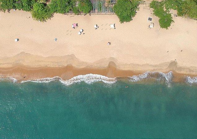 Fotografia aérea do mar e faixa de areia