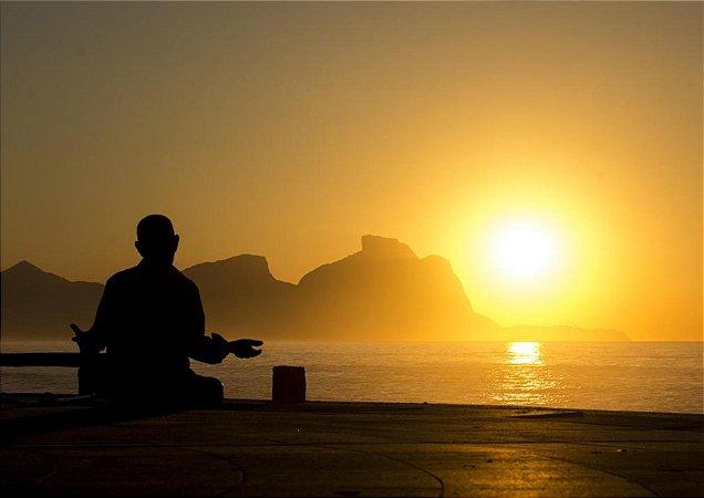 Belo nascer do sol dourado com meditação