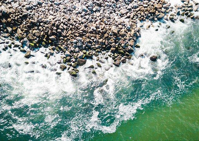 Fotografia aérea de um belo mar esmeralda e várias pedras
