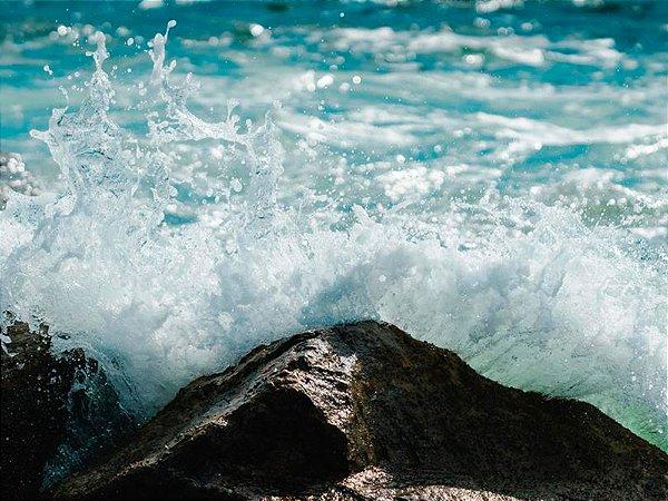 Mar azul batendo em pedras