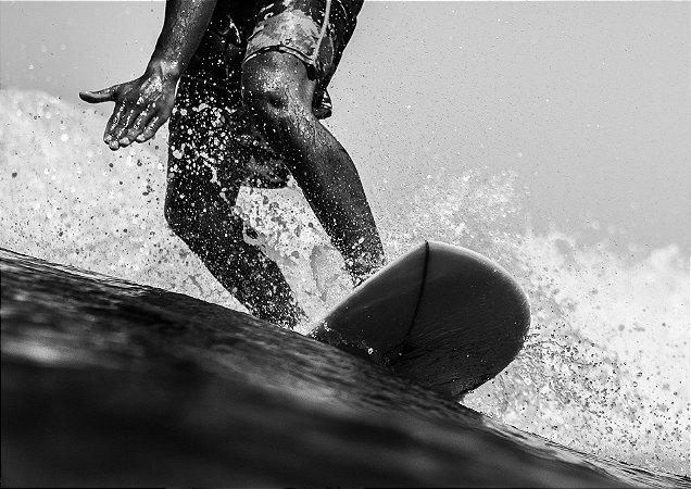 Surfista na onda em preto e branco