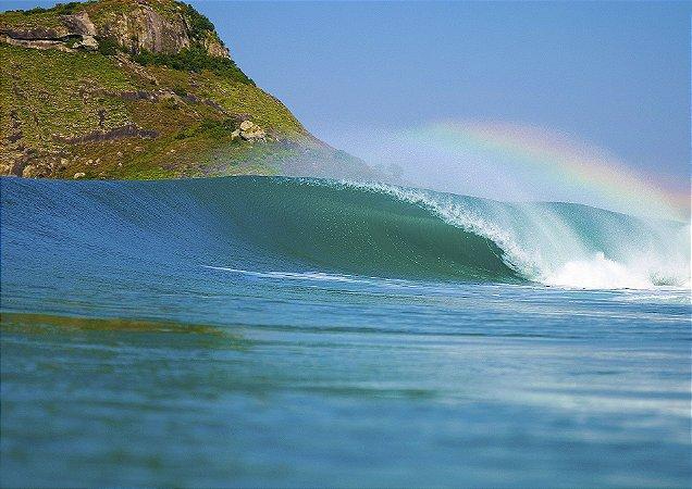 Onda tubular com arco íris e natureza ao fundo