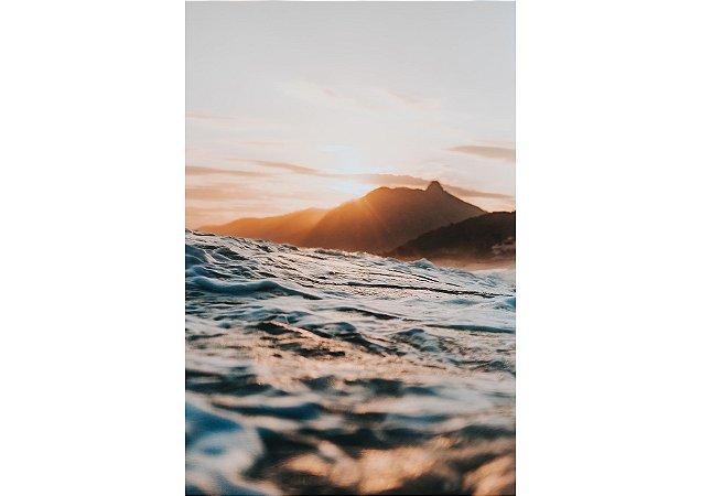 Pôr do sol por trás do monte em fotografia aquática
