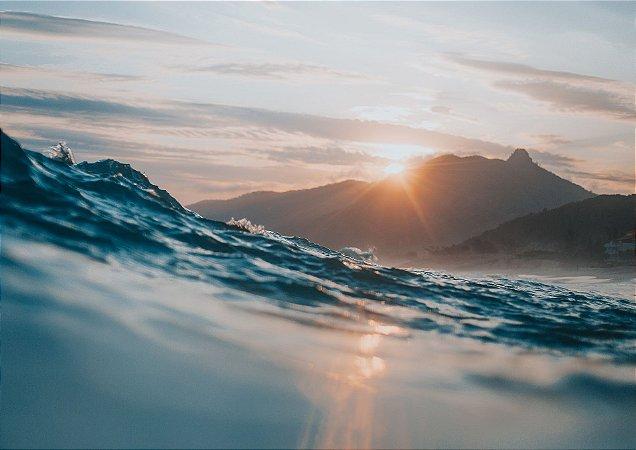 Pôr do sol contrastando com um mar mexido