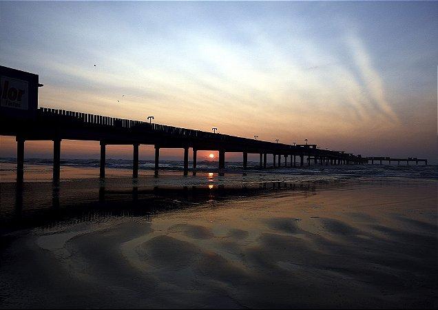 Nascer do sol atrás da plataforma de pesca - Balneário Rincão