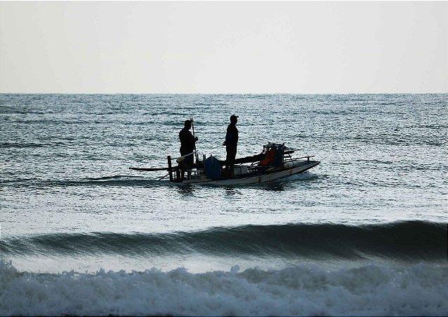 Pescadores em busca do seu sustento nos primeiros raios de luz da manhã