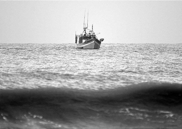 Um barco em alto mar - Balneário Rincão
