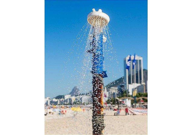 Ducha refrescante na praia