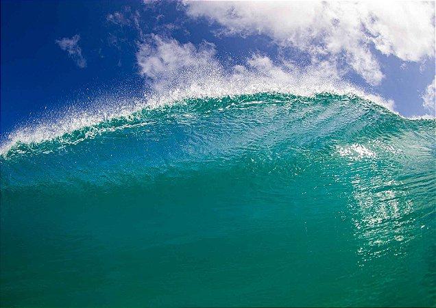 Crista da onda na água cristalina