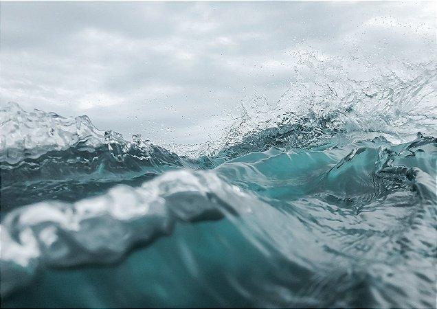Textura das ondas do mar com o céu de fundo