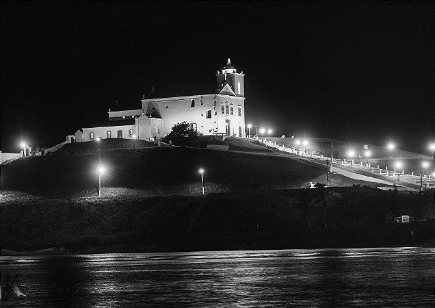 Igreja em preto e branco iluminada a noite