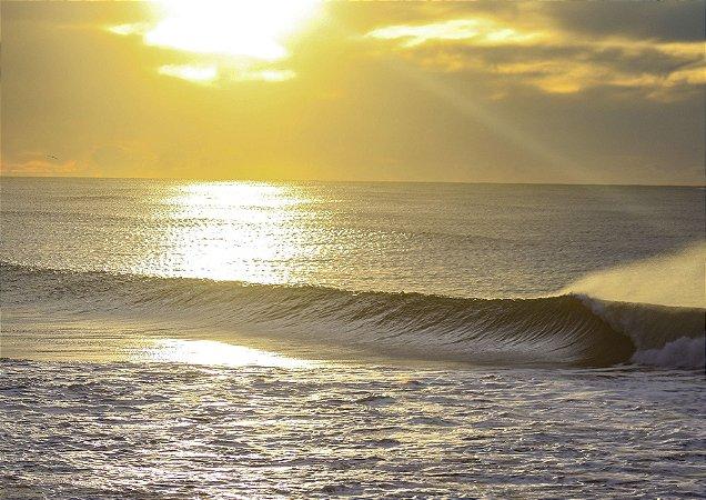 Onda tubular no nascer do sol em Torres