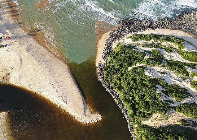 O encontro do Rio Camaratuba com o mar