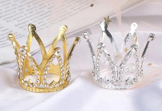 Coroa de metal (ferro) com strass dourada ou prateada - come argolas para fixação. Tamanho: 5 cm x 3,5 largura (base), dourada - Venda por Unidade