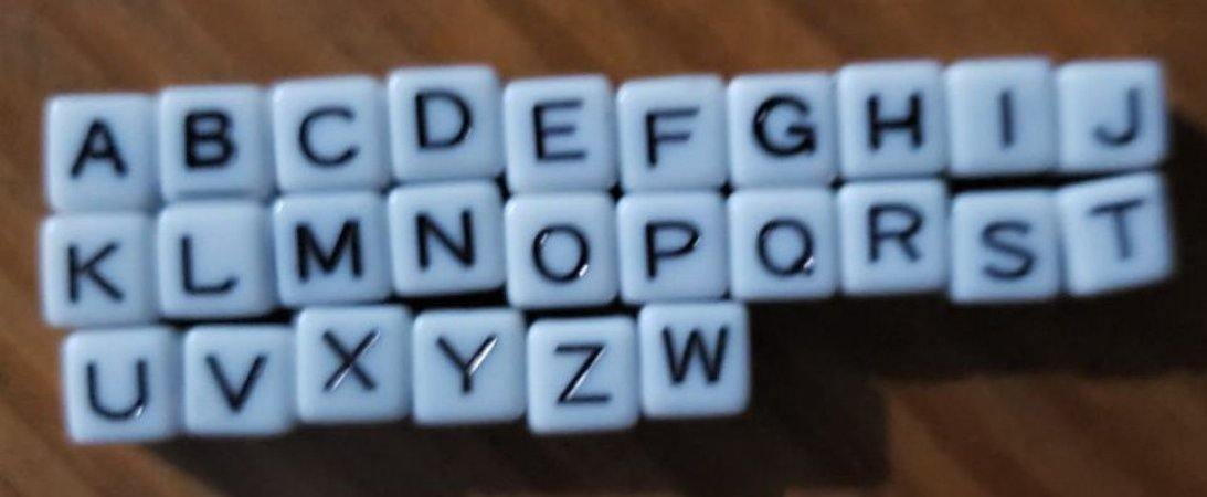 Dadinho Branco com alfabeto aleatório - Tamanho 6 mm - (Pacote com 98 gramas)