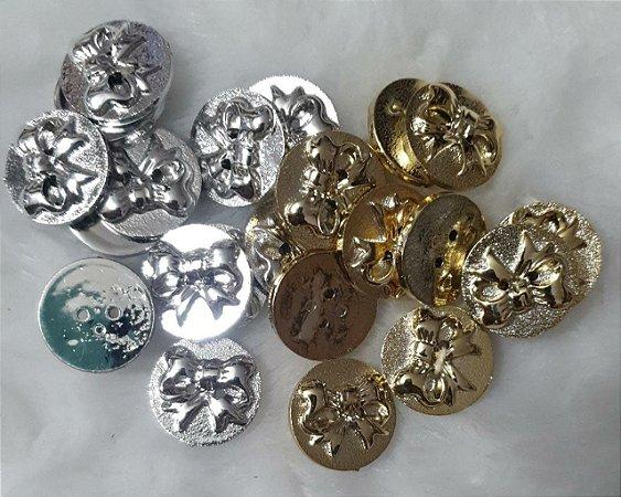 Botão Medalha Laço - Dourado ou Prateado - Tamanho: 20 mm - Venda por Unidade