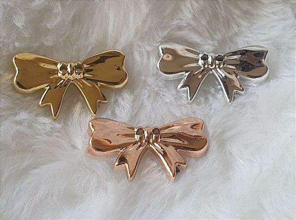 Botão laço metalizado- 20mm x 30 mm  (Ref. 9352)- Cores: Ouro rosado, prata, dourado e ônix -  Embalagem com 3 unidades da mesma cor