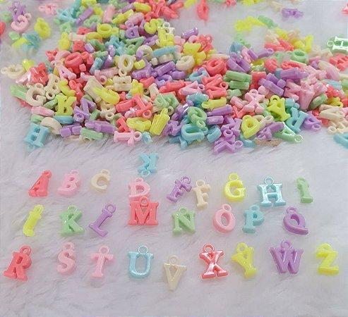 Pingente plástico letras - 1cm altura - pacote com 90 gramas com letras e cores aleatórias.