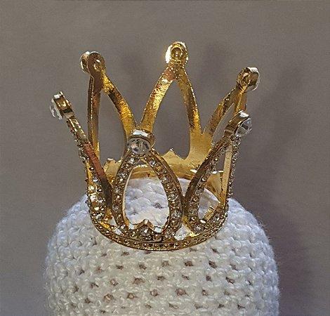 Coroa de metal (ferro) com strass dourada e argolas para fixação. Tamanho: 5 cm x 3,5 largura (base), dourada - Venda por Unidade