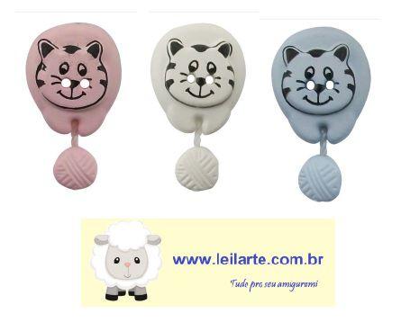 Botão 2 furos  Gatinho com novelo - Cores: Azul, rosa e cinza - Tamanho: 25mm x 15mm - Embalagem com 2 unidades da mesma cor